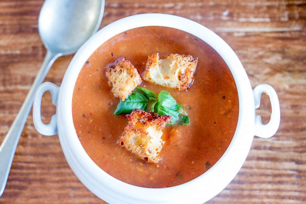 Soupe de tomates rôties avec croûtons à l'ail