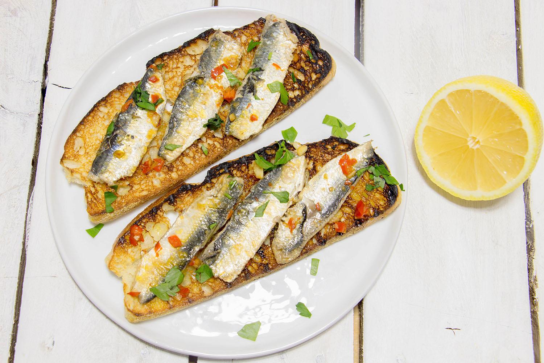 filets de sardine fra che po l s sur tartine de pain. Black Bedroom Furniture Sets. Home Design Ideas