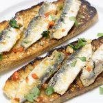 Filets de sardine fraîche poêlés sur tartine de pain