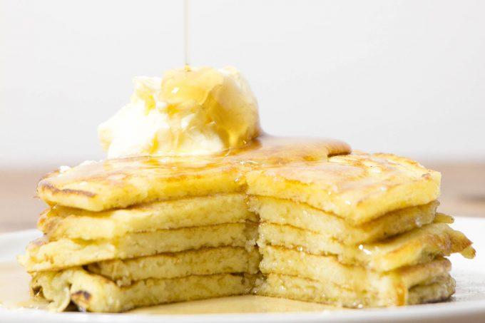 Pancakes au babeurre avec sirop d'érable et beurre fouetté